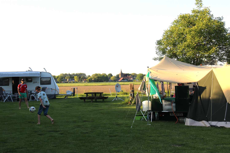 Groene-Camping-in-de-polder-prachtig-uitzicht-op-het-dorp