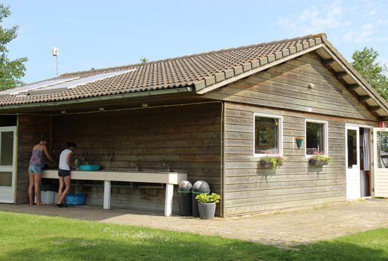 Sanitairgebouw-en-recreatieruimte-Groene-Camping-In-de-Polder
